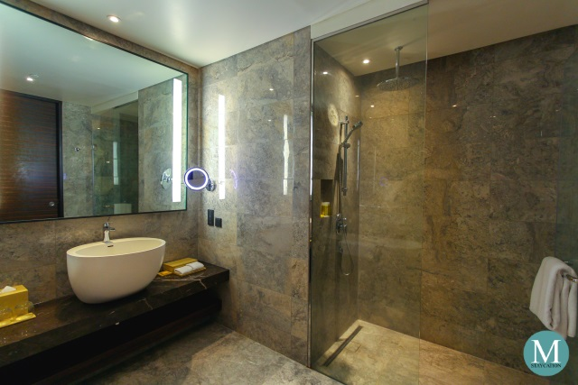 Hyatt City of Dreams Manila Club Room Bathroom