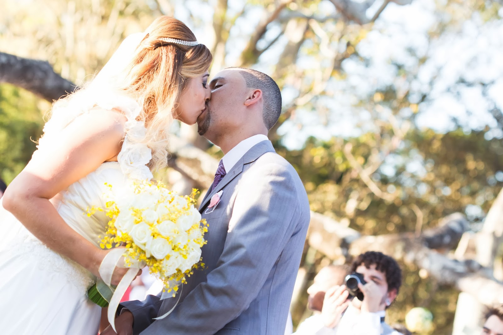 noivos - primeiro beijo - casamento de dia - casamento ao ar livre