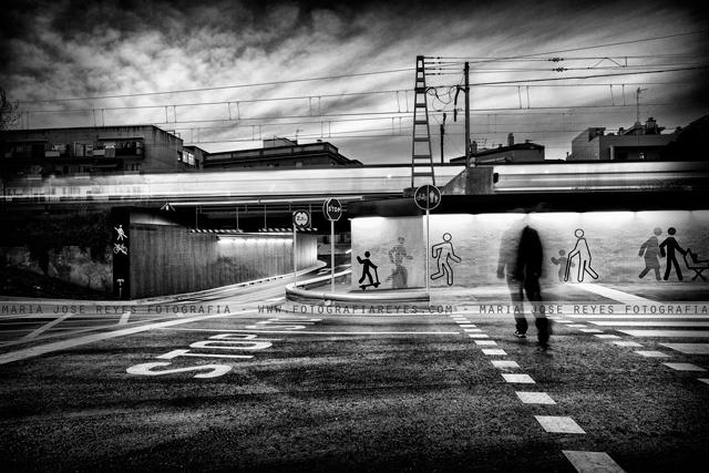 Noche, caminante y tren