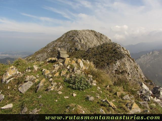 Piedras sobre cima cercana a Corona Castiello