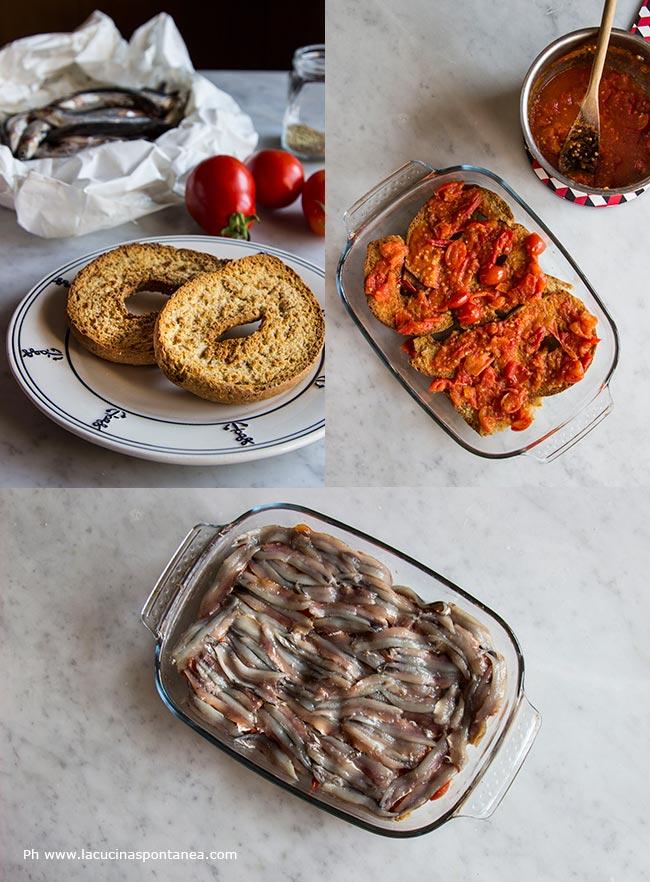 Immagine composta da più foto con passaggi della ricetta, gli ingredienti e la teglia prima con il pomodoro poi completato con le acciughe