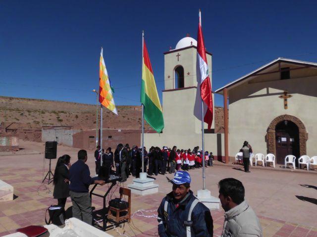 Die Schulklassen vor der Kirche