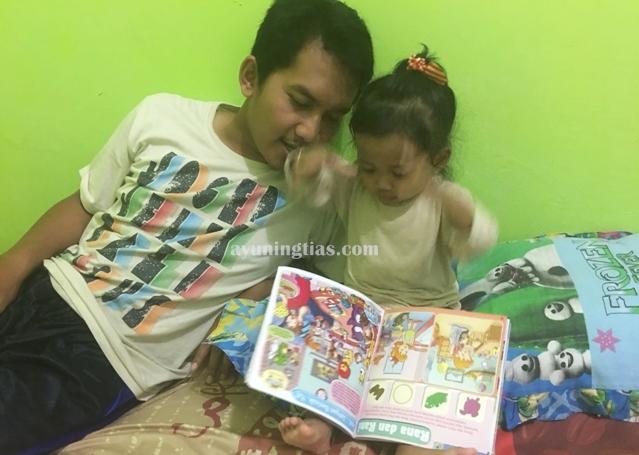 Membaca buku bersama ayah, menirukan gerakan lion (singa)