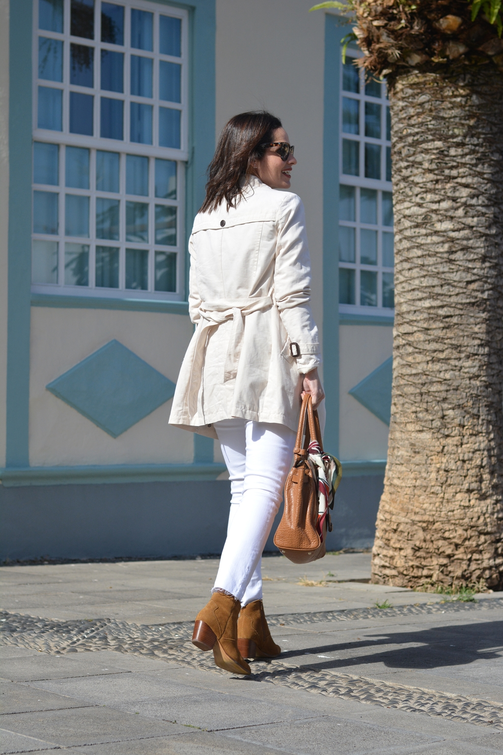outfit-jeans-blancos-trench