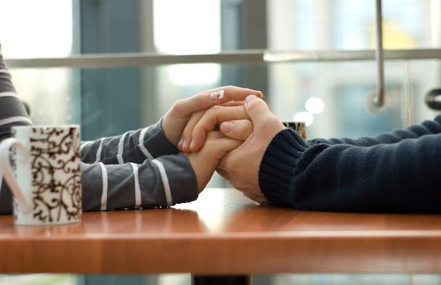 Berpegangan tangan