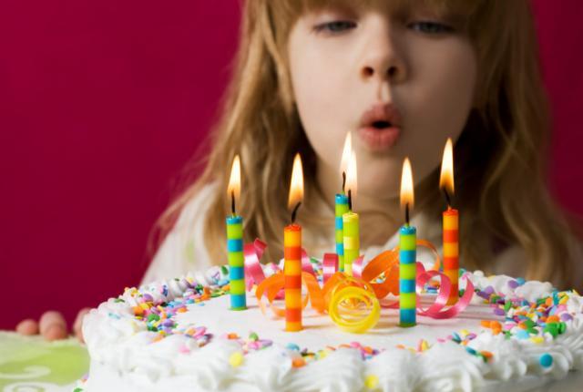 TERUNGKAP..!! inilah Fakta Bahayanya Tiup Lilin Saat Ulang Tahun