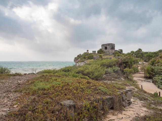 Templo maya en un promontorio junto al mar