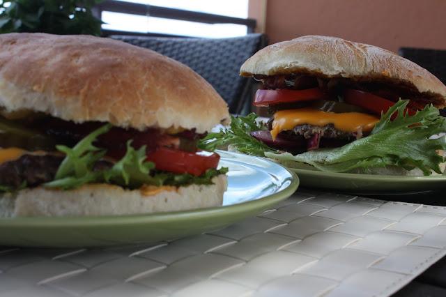 täydellinen burger hampurilainen jenkkiburger amerikka burgeri