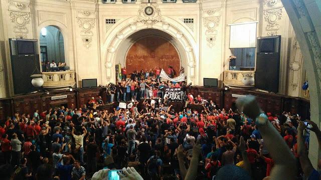 Manifestantes contra pacote de maldades do governo do RJ ocupam Alerj