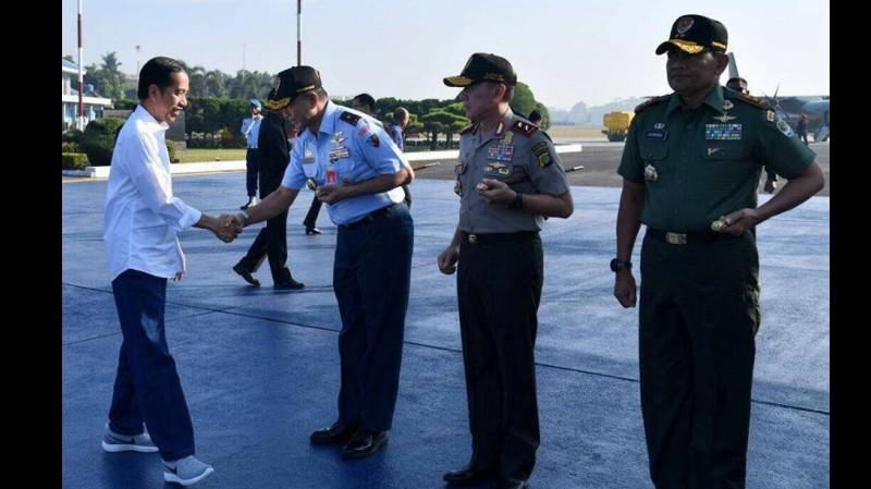 Jokowi memakai sepatu nike saat berkunjung ke Tasikmalaya