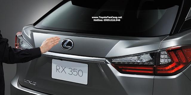 Lexus RX350 với cụm đèn được thiết kế liền mạch với cốp, lấy cảm hứng từ hình đôi cánh, gợi lên sự tinh tế và sang trọng.