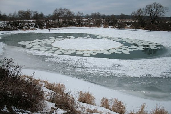 http://scribol.com/anthropology-and-history/bizarre-and-offbeat-news/massive-10ft-spinning-ice-circle-discovered-in-the-uk/