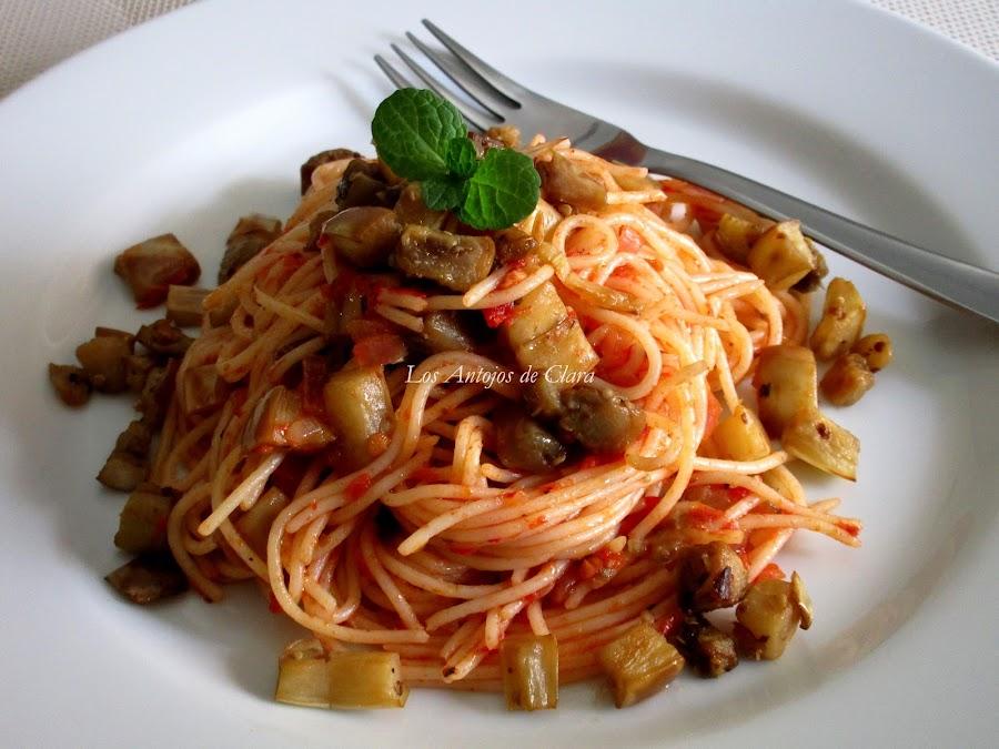 Espaguetis con berenjenas blancas y salsa de tomate