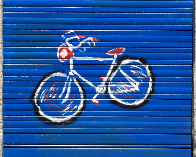 An expressionist bike on a shutter in Via San Carlo, Livorno
