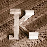 Takozlardan yapılmış K harfi