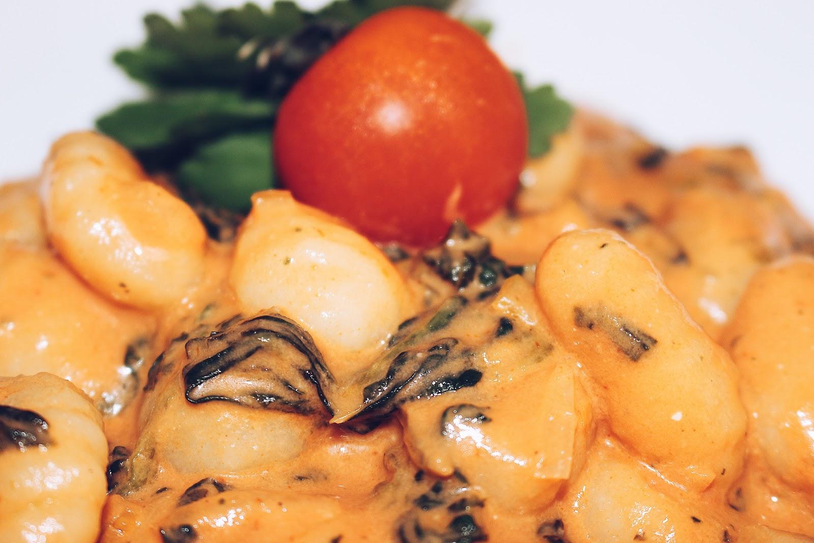 Die ersten Sonnenstrahlen sind da und mit großen Schritten nähern wir uns dem Sommer. Etwas italienischen Flair dürfte daher zum Start in den Sommer nicht fehlen. Leckere Tortellini, Nudeln oder Gnocchi? Auf meinem Blog moreaboutdanie.at findet ihr ein tolles Rezept zu leckeren Gnocch's mit Tomaten-Spinat Sauce. Mahlzeit!