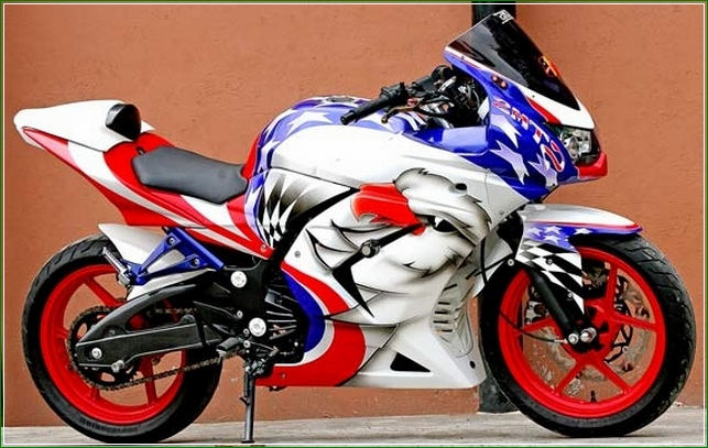Airbrush Cat Modipikai Putih Biru dan Merah - Contoh Gambar Dan Foto Konsep Desain Modifikasi Kawasaki Ninja 4 Tak 250cc Sporti Ala Moge Keren Banget
