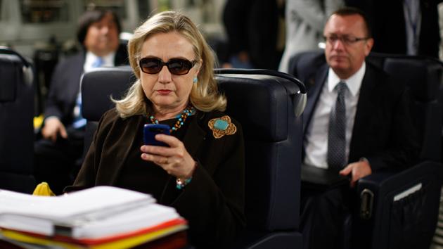 Esta história dos e-mails de Hillary não devem desaparecer tão cedo
