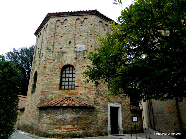 Fachada do Batistério Neoniano de Ravena, Itália