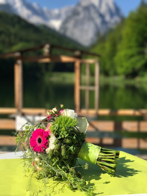 Brautstrauß in Maigrün, Pink, Frühlingshochzeit in den Bergen am See, Hochzeitshotel Riessersee Hotel Garmisch-Partenkirchen, heiraten in Bayern, Hochzeitsplanerin Uschi Glas