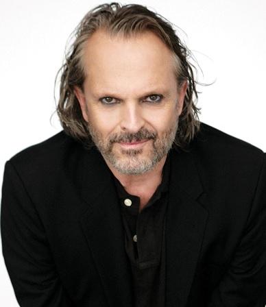 Foto de Miguel Bosé con cabello largo