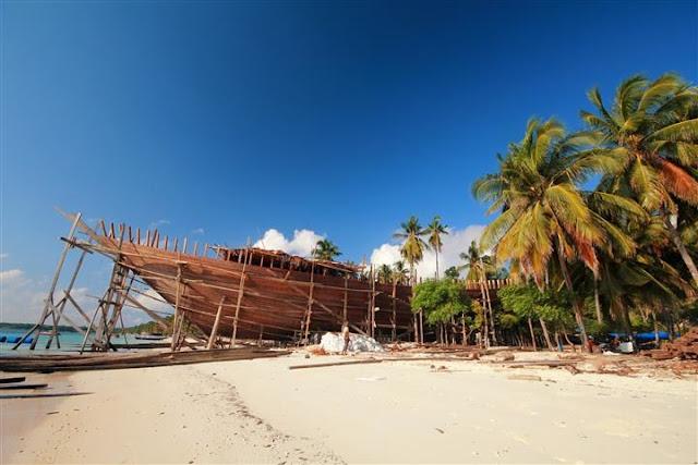 Pantai Tanjung Bira (produksi kapal pinisi)