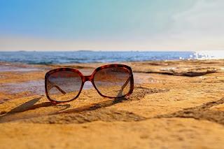 Mare e occhiali da sole
