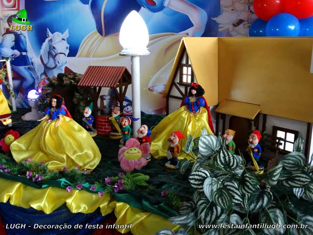 Decoração festa Branca de Neve em mesa luxo de tecido