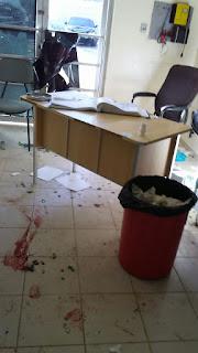 Destrozan sala de emergencia del hospital tras llevar heridos de riña en El Limón.