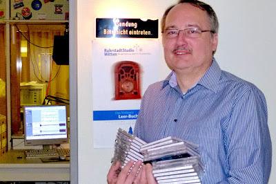 Wittens Geschichte und Geschichten aus Witten interessieren ihn sehr: Lokalhistoriker Hardy Priester vor dem RuhrstadtStudio im EvK. (Foto: Marek Schirmer)