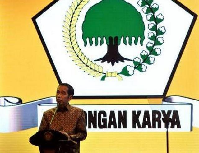 "Tak Nyaman Di Kandang ""Banteng"", Jokowi Berteduh Di Bawah ""Pohon Beringin"""