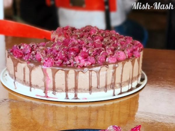 Шоколадова торта с маскарпоне и малини