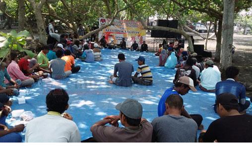 Para nelayan di Lumajang mengikuti Sosialisasi Pilakada