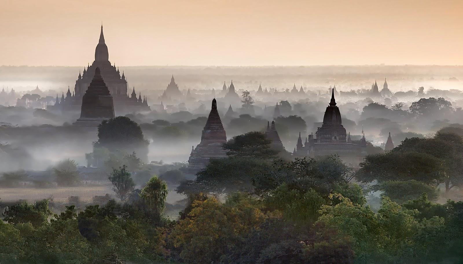 pagody,Bagan,wschód słońca