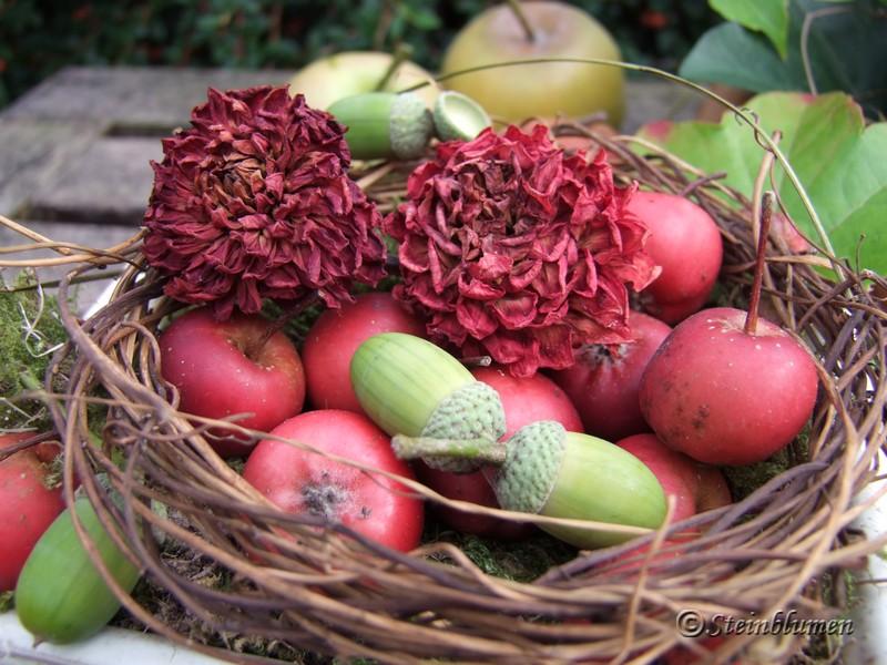 Herbstdeko mit getrockneten Dahlien