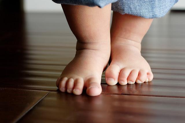 Bebé de 1 año tiene genitales de una persona de 25 años