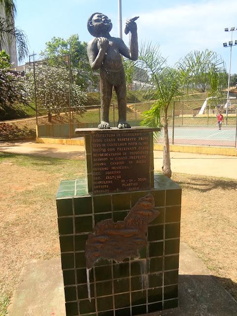 Escultura do índio Guarú Bosque Maia em Guarulhos