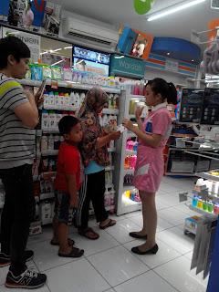 Beauty Advisor sedang menjelaskan pada salah satu pengunjung