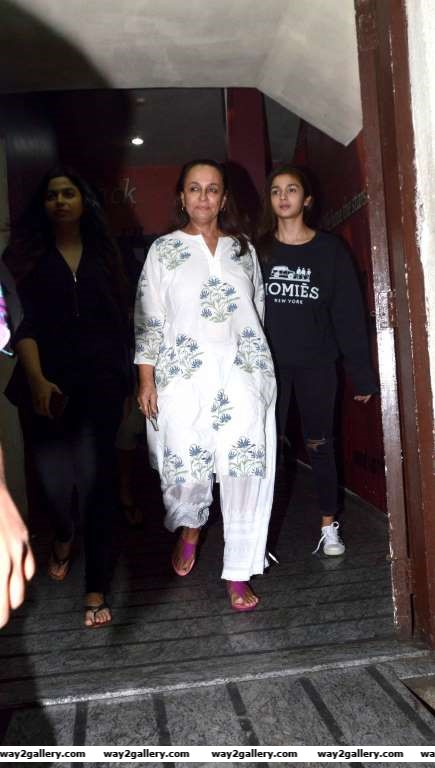 Kapoor  Sons actress Alia Bhatt went on a movie date with her mother Soni Razdan and her sister Shaheen at a cinema hall in Mumbai