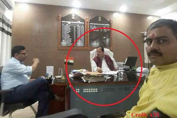 bihar-mantri-vijay-kumar-sinha-sits-on-dm-chair-in-bihar-sheikhpura