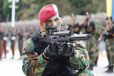 Militar apunta con fusil de gran potencia a un blanco móvil