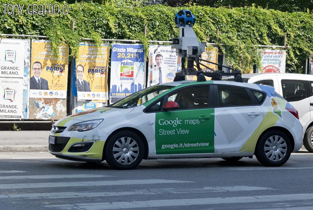 L'Opel Astra Turbo di Google Maps Street View proveniente da Mountain View ha montato sul tetto una speciale fotocamera a 360° e dei sensori gps per registrare immagini e posizioni delle strade che percorre. Tony Graffio l'ha catturata all'angolo tra via Michelino da Besozzo e via Varesina.