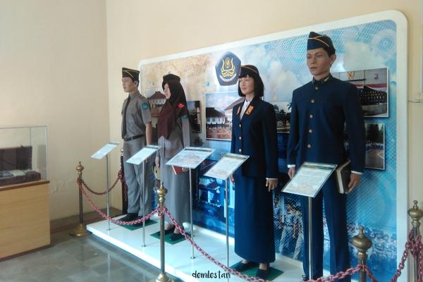 Seragam yang dikenakan oleh siswa/i Sekolah Tinggi Sandi Indonesia