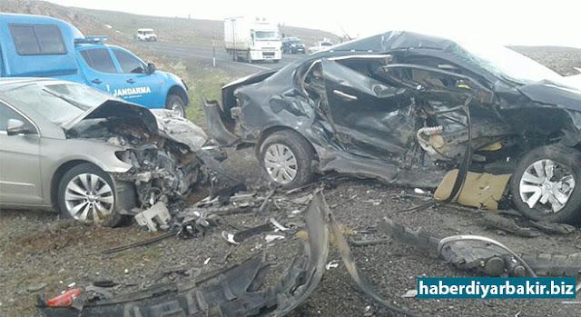 DİYARBAKIR-Diyarbakır-Şanlıurfa Karayolunda 2 otomobilin kafa kafaya çarpışması sonucu meydana gelen trafik kazasında 2 kişi hayatını kaybederken, 4 kişi yaralandı.