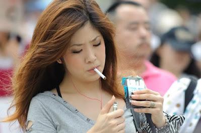 japonesa fumando