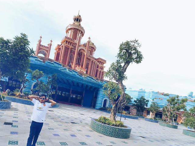 Bangunan utama Atlantis Land Kenjeran Park Surabaya mirip negeri dongeng