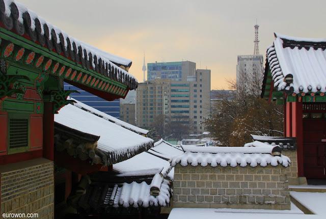 Namsan desde Gyeonhuigung con nieve