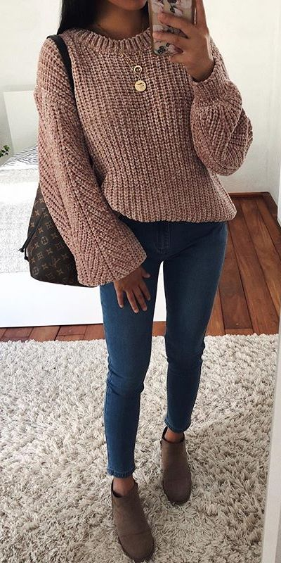 Knit sweater in beige | From knit sweaters to knit sweater dress, knit cardigan dress to knitting cardigan. There are so much to try in knitwear fashion. Here are 25 cute knit outfits ideas to wear. knitting clothes and knitted outfits via higiggle.com #sweaters #knit #outfits #style