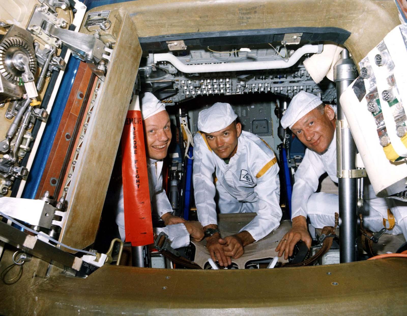 Os tripulantes da Apollo 11 posam para uma foto durante um teste de saída de walk-through em 10 de junho de 1969.