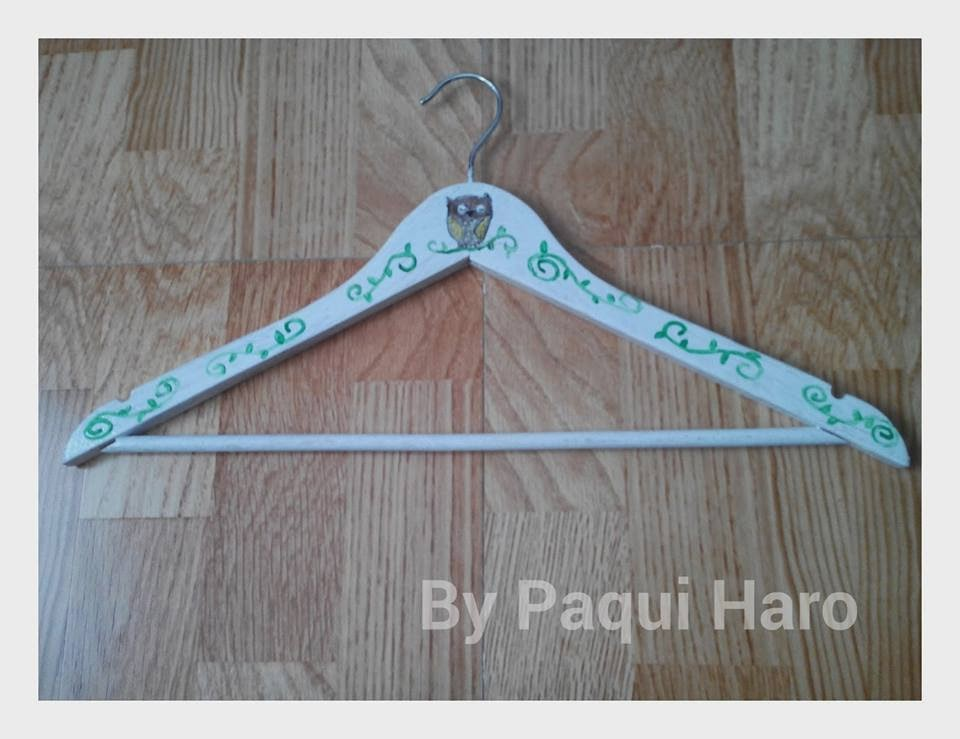 http://paquiharo.blogspot.com.es/2014/03/reto-handmade-2-customizar-perchas.html